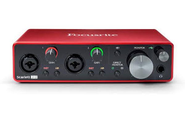 SCARLETT 2i2  Interfaz de audio USB 2.0 de 2 entradas / 2 salidas con dos preamplificadores de micrófono / instrumento, 192 kHz y alimentación por bus USB.